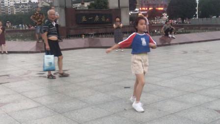 要火啊!6岁小女孩跳鬼步舞《厉害了我的国》,脚下像是抹了油