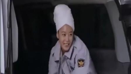 美女逃犯为了躲避警察的追捕,利用浴巾围身,骗过警察