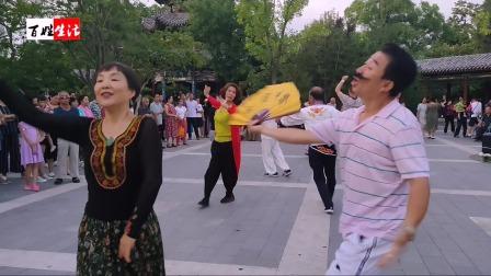 迎泽公园幽默风趣的《新疆舞》邓建国老师与阿敏老师共舞