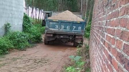 农村老司机开小货车倒车,这技术厉害了,真想拜他为师!