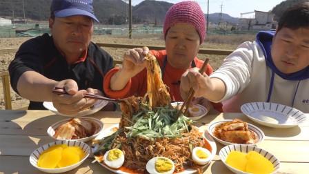 韩国农村家庭的一顿饭一家人吃炸酱面配上泡菜看着很有食欲