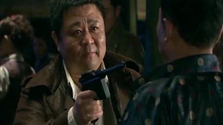 汉奸瞄准特工的头以为一枪能击毙,特工却巧妙躲掉子弹惊到汉奸