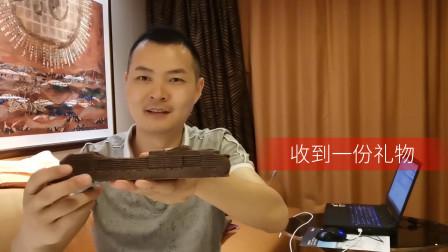 迪哥vlog11:迪哥在游轮上收到一份纪念品,差点被他一口吃掉了