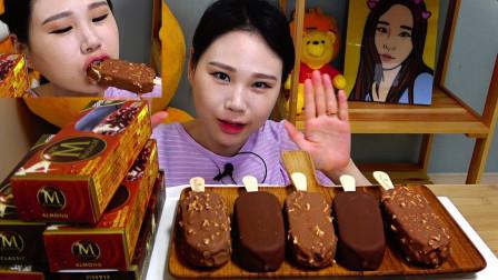 可爱的卡妹品尝万能的梦龙雪糕冰激凌系美食秀