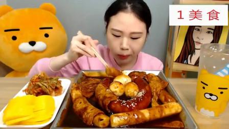 国外吃货大胃王,大口吃年糕,炖熏肠和小鱼饼