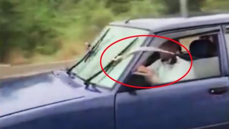 神操作!司机雨中开车 后座女子竟拉绳操作雨刷器