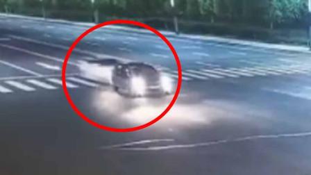 时速135公里!醉驾司机飙车路口追尾 致两车车毁人亡