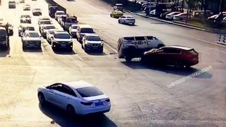 【重庆】面包车为赶时间逆行驶入十字路口  导致三车相撞