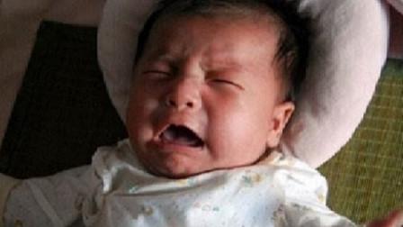 奶奶带小宝宝去邻居家串门,好奇宝宝摸上了滚烫的电饭煲锅盖
