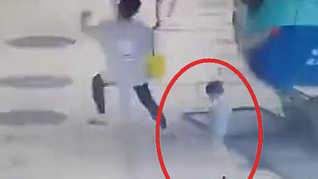 东莞一巴士失控冲进候车区 女童瞬间被撞倒险遭碾压