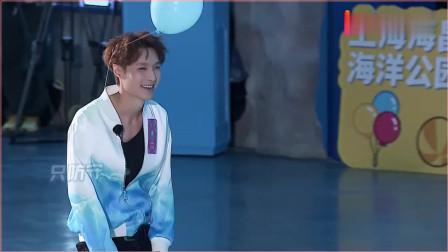 《极限挑战》张艺兴迪丽热巴正面对决!艺兴被追到满街跑遭黄磊调侃。