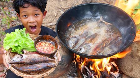 荒野熊孩子的美食,3条海鱼扔油锅里炸,出锅时香喷喷滴真美味!