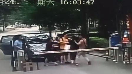 询问未注册车辆去向起争执 河北一女保安惨遭车上多人围殴