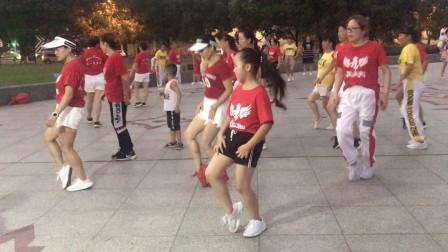 7岁小女孩带领十几个阿姨跳鬼步舞,跳得真好看,高手在民间