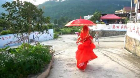 贵州小伙迎亲,新郎把新娘背到半路扔下,怎么让她一个人走进家