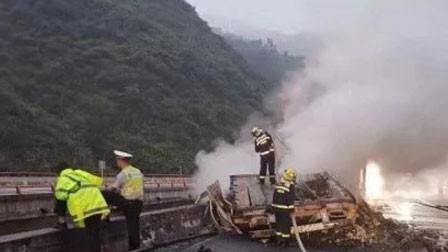 货车冲出高架桥悬空着火 父亲抱儿子从10米高桥跳下 父亡子伤
