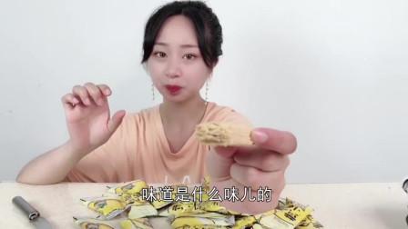 """妹子试吃""""黄金蛋黄酥"""",奶香味太浓了,太适合小孩子了"""