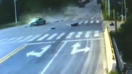 红绿灯 平安行 2019 江苏泰兴 摩托车闯红灯 撞翻面包车殃及出租车