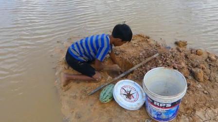 农村男孩河边自制陷阱捕鱼,看看他收获了多少?