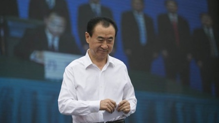 王健林正在演讲,不料王思聪突然打来电话,忘记关麦现场尴尬!