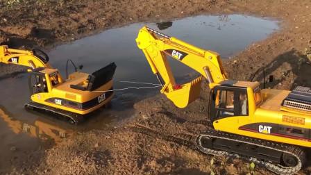 黄色挖掘机陷进泥坑,另外一台挖掘机来救援!