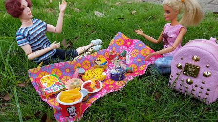 芭比和肯带着两个小朋友到户外野餐准备了很多零食还采摘野果