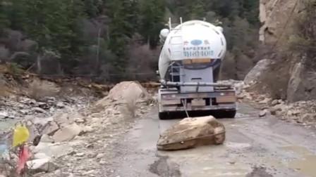 大货车刹车有点失灵,老司机巧妙的在后面拉一个大石头,真聪明!