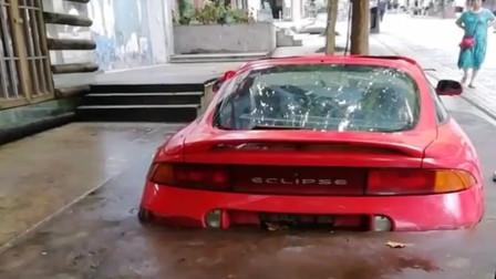这谁家的小轿车,被水泥包进去了,厉害!