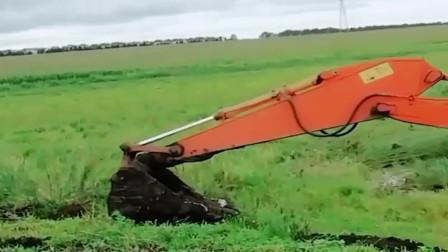挖掘机陷进去了,过路的大货车帮忙救援,结果绳子都拉断了!