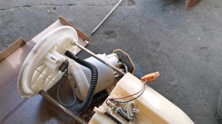 今天小伙拆了个丰田汽车的汽油泵,大家看看拆的怎么样?