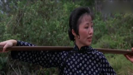卖豆腐的姑娘被三人拦住,想要欺负弱女子,没想到她是练家子