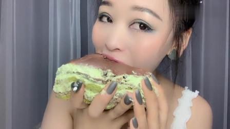 美女:看小姐姐大口吃奥利奥千层蛋糕,这样吃的真有食欲啊