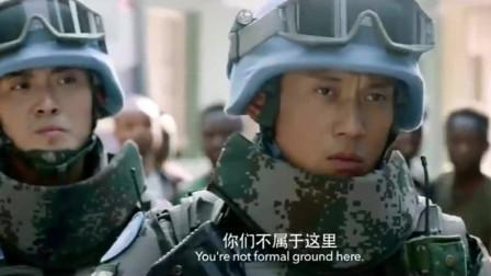 欺负中国军人不能开枪,哪料人家是兵王,一个侧踢把他踢飞