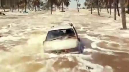 海啸奇迹:海啸度假村,母亲听到孩子的呼救一头跳进大浪中