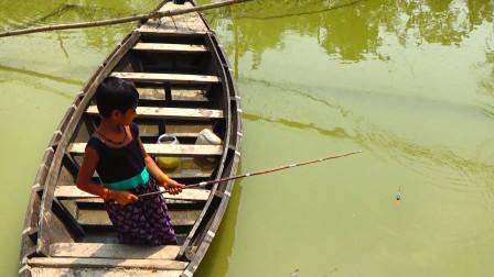 今晚没肉下锅了,农村女孩出来钓钓鱼,看看她钓了多少?