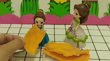 贝尔嘲笑白雪买不起芒果干,没想到王子买回来好多芒果干,把贝尔气走了
