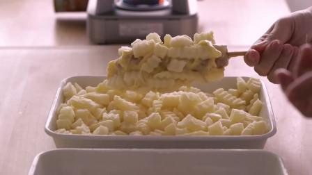 《韩国农村美食》火腿肠裹上芝士和面包片,炸的焦香酥脆,配西红柿酱美味