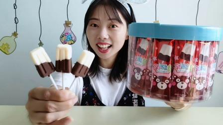 """美食拆箱:小姐姐吃""""巧克力冰棒"""",黑白双色香浓的可可味好吃"""