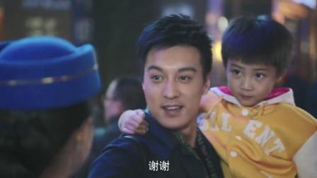 一树桃花开:儿子出国回来对着老爸:老盛你变矮了!老爸反应贼逗