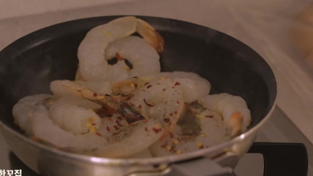 《韩国农村美食》大虾仁炒熟后,配上芝士和面包片,肥美好吃