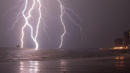 水可以导电,如果闪电打到海里时,鱼会不会被电死?