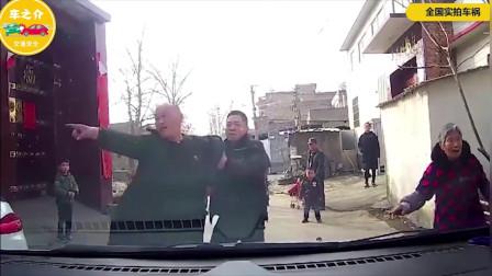 路遇醉酒老汉拦车耍酒疯,司机下车一顿揍教他做人!