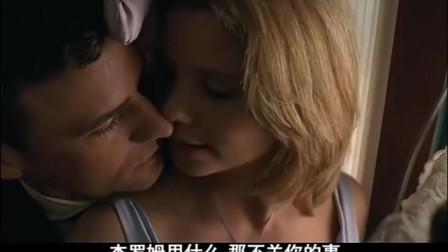 男子和美女躲在衣柜,身体亲密靠近,男子抓住难得的机会