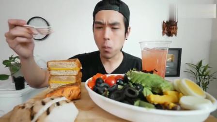 外国帅哥吃蔬菜水果沙拉、帕尼尼边吃边聊