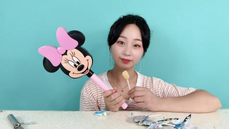 """妹子试吃""""米老鼠棒棒糖"""",米老鼠是哪一年诞生的,你知道吗?"""