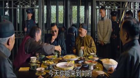 危城:少帅惨无人道,吃个饭也要人,百姓民不聊生