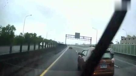 大货车疯狂鸣笛警告,还是没能阻止他强行变道
