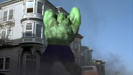绿巨人从下水道里钻出,不但把街道毁坏了,还把人家的汽车砸烂了