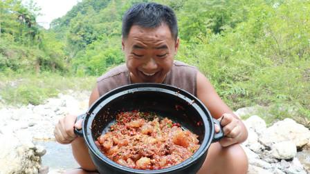 农村小伙河边秘制凉拌牛筋,一人吃一大锅,吃得真过瘾
