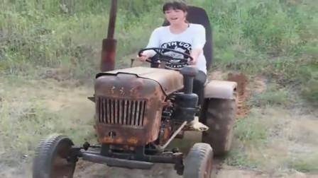 能开东方红拖拉机的女孩不多,这位女司机一定很厉害